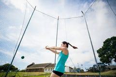 Ο αθλητής που εκτελεί ένα σφυρί ρίχνει Στοκ Εικόνες