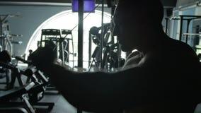 Ο αθλητής ταλαντεύεται τους μυς βραχιόνων στον προσομοιωτή φιλμ μικρού μήκους