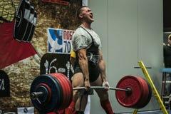 Ο αθλητής του powerlifter εκτελεί ένα deadlift Στοκ εικόνα με δικαίωμα ελεύθερης χρήσης