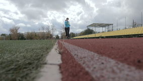 Ο αθλητής τρέχει το στάδιο απόθεμα βίντεο