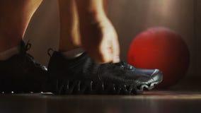 Ο αθλητής φορά τα πάνινα παπούτσια και τα δένοντας κορδόνια φιλμ μικρού μήκους