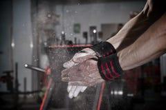 Ο αθλητής χρησιμοποιεί talc στη γυμναστική Στοκ Φωτογραφίες