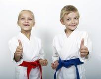 Ο αθλητικοί αδελφός και η αδελφή παρουσιάζουν αντίχειρα Στοκ εικόνες με δικαίωμα ελεύθερης χρήσης