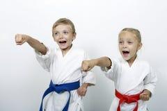 Ο αθλητικοί αδελφός και η αδελφή χτυπούν έναν βραχίονα διατρήσεων Στοκ Εικόνες