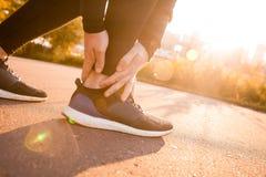 Ο αθλητικός δρομέας ατόμων σχετικά με το πόδι στον πόνο λόγω ο αστράγαλος Στοκ φωτογραφία με δικαίωμα ελεύθερης χρήσης