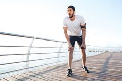 Ο αθλητικός τύπος είναι έτοιμος να τρέξει υπαίθρια το πρωί Στοκ φωτογραφίες με δικαίωμα ελεύθερης χρήσης
