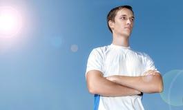 Ο αθλητικός τύπος σε ένα υπόβαθρο του μπλε ουρανού Στοκ εικόνα με δικαίωμα ελεύθερης χρήσης