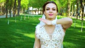 Ο αισθησιακός θηλυκός χορευτής στο κοστούμι γοητείας αποδίδει στο ηλιόλουστο πάρκο απόθεμα βίντεο