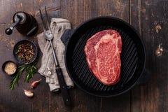 Ο ακατέργαστος φρέσκος Angus Steak στο τηγάνι Στοκ Εικόνες