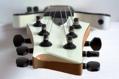 ο ακουστικός επικεφαλής μουσικός έξι κιθάρων συμβολοσειρά περιμένει στοκ φωτογραφία με δικαίωμα ελεύθερης χρήσης