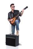 ο ακουστικός κιθαρίστας κιθάρων λεπτομερειών δίνει το instrumant μουσικό παιχνίδι φορέων εκτελεστών Στοκ Φωτογραφία