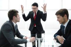 Ο ακριβής προϊστάμενος πραγματοποιεί μια εργαζόμενη συνεδρίαση με τους διευθυντές στοκ φωτογραφία