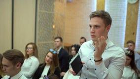 Ο ακροατής στο ακροατήριο τραβά το χέρι του για να υποβάλει μια ερώτηση Ερώτηση από το ακροατήριο Ένα άτομο στο ακροατήριο ρωτά τ απόθεμα βίντεο