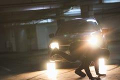 Ο ακροβάτης ατόμων παρουσιάζει ότι τα τεχνάσματα κάνουν τούμπα στον υπόγειο χώρο στάθμευσης Στοκ Φωτογραφίες