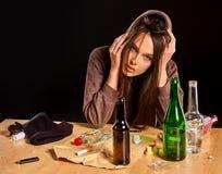 Ο αλκοολισμός γυναικών είναι κοινωνικό πρόβλημα Θηλυκή φτωχή υγεία αιτίας κατανάλωσης Στοκ φωτογραφία με δικαίωμα ελεύθερης χρήσης