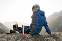 Ο αλπινιστής απολαμβάνει την ανατολή στις ελβετικές Άλπεις κατά τη διάρκεια ενός σπασίματος Στοκ Εικόνες