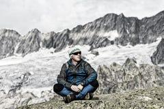 Ο αλπινιστής απολαμβάνει την ειρήνη και τη μοναξιά στις ελβετικές Άλπεις Στοκ Φωτογραφία