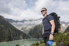 Ο αλπινιστής απολαμβάνει το όμορφο τοπίο στα ελβετικά βουνά Στοκ Εικόνες