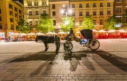 Ο αμαξάς περιμένει τους τουρίστες τή νύχτα στην Κρακοβία Στοκ φωτογραφία με δικαίωμα ελεύθερης χρήσης