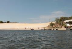Ο αμμόλοφος άμμου και το χωριό στοκ φωτογραφία με δικαίωμα ελεύθερης χρήσης