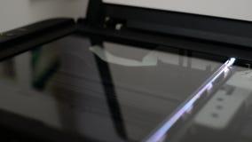 Ο λαμπτήρας ανιχνευτών φωτογραφιών νέου κινείται από πάνω προς τα κάτω φιλμ μικρού μήκους