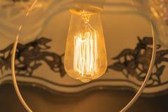 Ο λαμπτήρας πυράκτωσης, λάμπει με το ευχάριστο φως Στοκ Φωτογραφίες