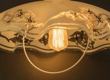 Ο λαμπτήρας πυράκτωσης στο λαμπτήρα, λάμπει με το ευχάριστο φως Στοκ εικόνες με δικαίωμα ελεύθερης χρήσης