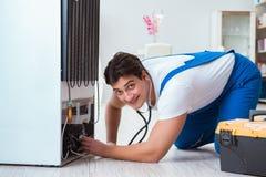 Ο ανάδοχος επισκευαστών που επισκευάζει το ψυγείο στη diy έννοια Στοκ φωτογραφίες με δικαίωμα ελεύθερης χρήσης
