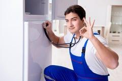 Ο ανάδοχος επισκευαστών που επισκευάζει το ψυγείο στη diy έννοια Στοκ φωτογραφία με δικαίωμα ελεύθερης χρήσης