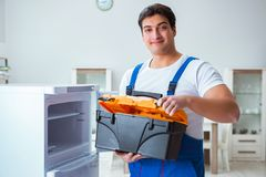 Ο ανάδοχος επισκευαστών που επισκευάζει το ψυγείο στη diy έννοια Στοκ εικόνες με δικαίωμα ελεύθερης χρήσης