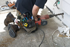 ο ανάδοχος κάνει την ηλεκτρική handyman βασική επισκευή Στοκ Εικόνες
