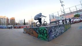 Ο αναβάτης εφήβων BMX κάνει τις διαφορετικά περιστροφές και τα τεχνάσματα στο ποδήλατο στο αστικό περιβάλλον απόθεμα βίντεο