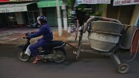 Ο αναβάτης κινηματογραφήσεων σε πρώτο πλάνο στο μηχανικό δίκυκλο το ρυμουλκό συγκεκριμένων αναμικτών στην οδό απόθεμα βίντεο