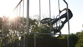 Ο αναβάτης BMX κάνει τα διάφορα τεχνάσματα οδηγώντας στο skatepark απόθεμα βίντεο
