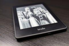 Ο αναγνώστης EBook ανάβει στο μαύρο υπόβαθρο στοκ εικόνα