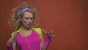 Ο αναδρομικός χορευτής disco στην εξάρτηση της δεκαετίας του '80, παρουσιάζει ΝΑΙ χειρονομία και με τα δύο χέρια, σε αργή κίνηση φιλμ μικρού μήκους