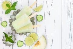 Ο αναζωογονώντας πάγος mojito σκάει - paletas - popsicles Τοπ άποψη, υπερυψωμένη Συνταγή Cinco de Mayo Στοκ εικόνα με δικαίωμα ελεύθερης χρήσης