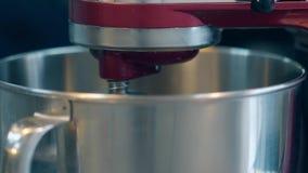 Ο αναμίκτης περιστρέφει αυτόματα στο κύπελλο μετάλλων προετοιμάζοντας την κρέμα φιλμ μικρού μήκους