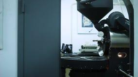 Ο αναμίκτης της συσκευής του τηγανίζοντας καφέ απόθεμα βίντεο