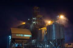 Ο ανελκυστήρας τη νύχτα μερικές φορές εκτελεί την εργασία για τη λήψη, τον καθαρισμό, την ξήρανση και την αποθήκευση του σιταριού στοκ εικόνα