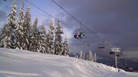 Ο ανελκυστήρας φέρνει τους σκιέρ και τα snowboarders στο βουνό φιλμ μικρού μήκους