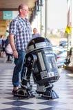 Ο ανεμιστήρας θέτει με το droid του Star Wars Στοκ εικόνα με δικαίωμα ελεύθερης χρήσης