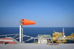 Ο ανεμοδείκτης τίθεται στη πλατφόρμα άντλησης πετρελαίου στην παρουσίαση κατεύθυνσης αέρα Στοκ Εικόνα
