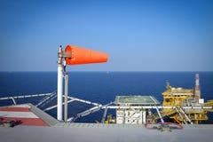 Ο ανεμοδείκτης τίθεται στη πλατφόρμα άντλησης πετρελαίου στην παρουσίαση κατεύθυνσης FO αέρα Στοκ φωτογραφία με δικαίωμα ελεύθερης χρήσης