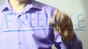 Ο ανεξάρτητος επιχειρηματίας επιγραφής γράφει στο βίντεο γυαλιού 4k φιλμ μικρού μήκους