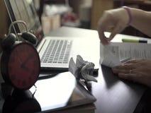 Ο ανεξάρτητος εργαζόμενος εργάζεται στο διαδίκτυο φιλμ μικρού μήκους