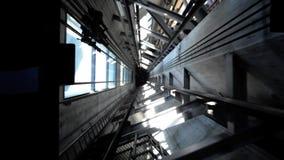 Ο ανελκυστήρας άξονων του πύργου ουρανού του Ώκλαντ που πηγαίνει κάτω