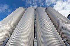 Ο ανελκυστήρας αποτελείται από το γαλβανισμένο χάλυβα ενάντια στον ουρανό Στοκ Εικόνες