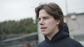 Ο ανησυχημένος νεαρός άνδρας παρουσιάζει συγκινήσεις υπαίθρια 4K φιλμ μικρού μήκους