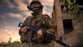 Ο ανθεκτικός καυκάσιος πολεμιστής να σταθεί με το πυροβόλο όπλο με βεβαιότητα, που φορά την κάλυψη, εγκατέλειψε τα κτήρια στο υπό απόθεμα βίντεο